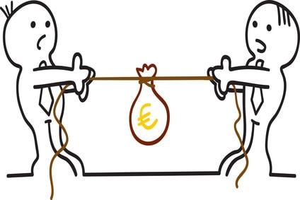 Außergerichtlicher Schuldenvergleich - Voraussetzung für Privatinsolvenz / Zwei Figuren kämpfen um Euros